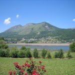Vue sur le lac depuis le Camping du Lac à Argelès-Gazost dans les Hautes-Pyrénées